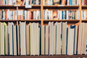 Bibliotek med böcker i bokhyllor - Kunskapsbank för god man och förvaltare